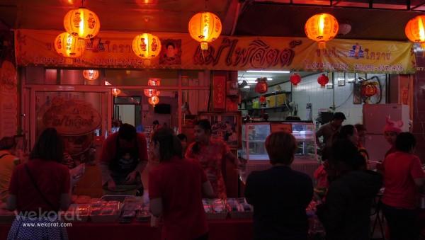 ร้านขนมไทย แม่ไพจิตต์ ซึ่งอยู่บนถนนจอมพล จัดเต็ม