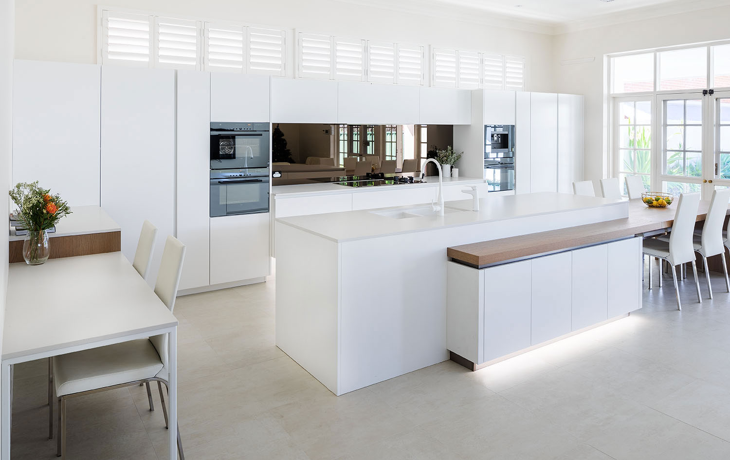 Where modern and traditional meet: an elegant kitchen design on Traditional Kitchen Decor  id=47075