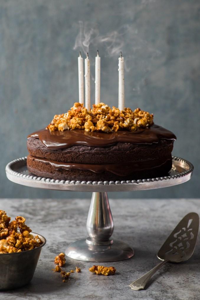 Gâteau de fête au chocolat et maïs soufflé au caramel - K