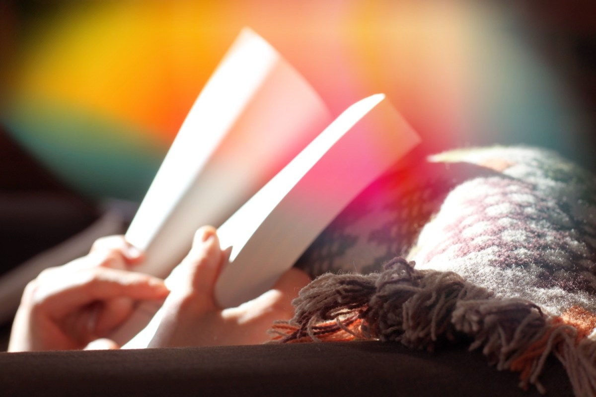 Hände halten ein Buch. Sinnvolles Wissensmanagement sieht anders aus