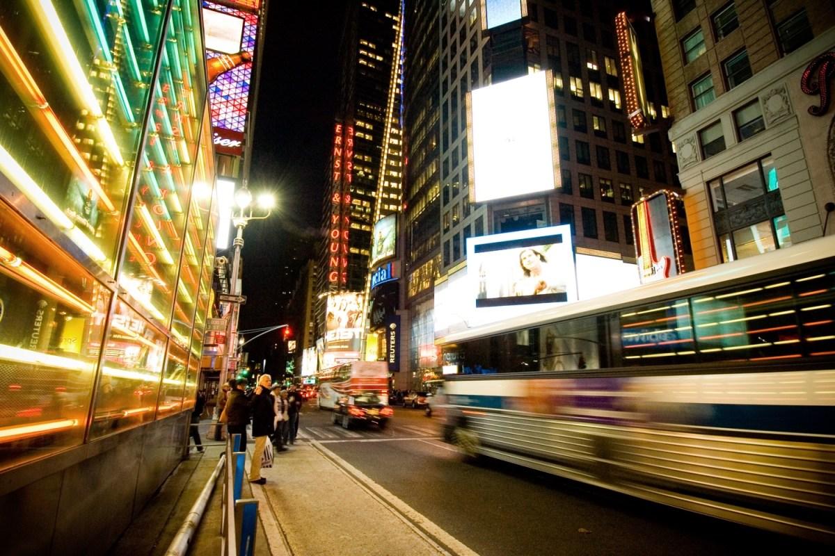 """New York bei Nacht mit Lichtreflexen, von denen auch """"Limitless"""" voll ist. Foto: Stewart Butterfield/Flickr"""