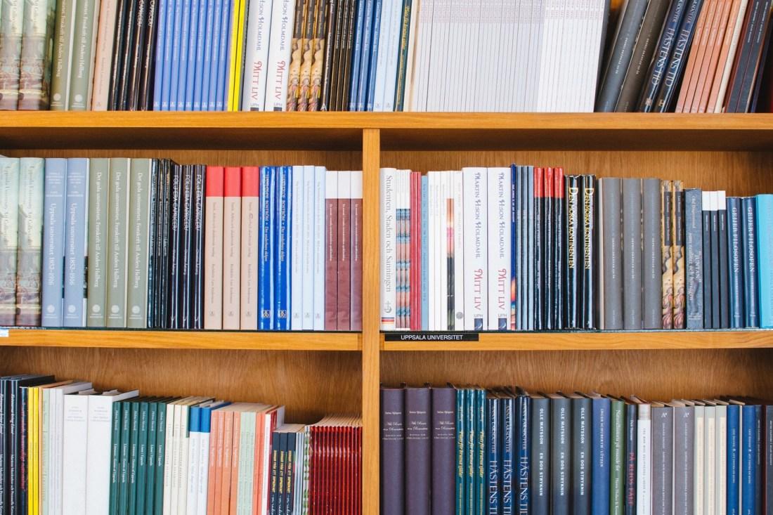 Bücher, langweilig im Regal. Foto: Aleksi Tappura/Unsplash