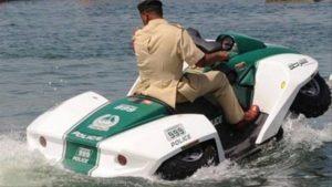 شرطة دبي تستخدم سيارة برمائية جديدة