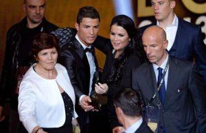 كريستيانو رونالدو ووالدته اثناء احتفال الكرة الذهبية