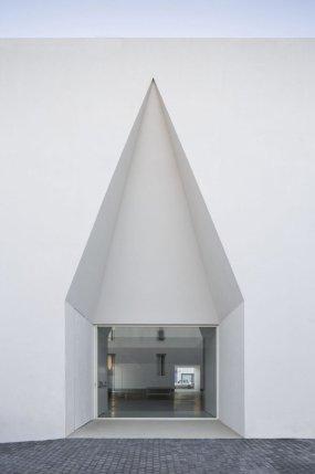 Aires_Mateus_Monolithic_Meeting_Center_Grandola_01-1-1050x1581