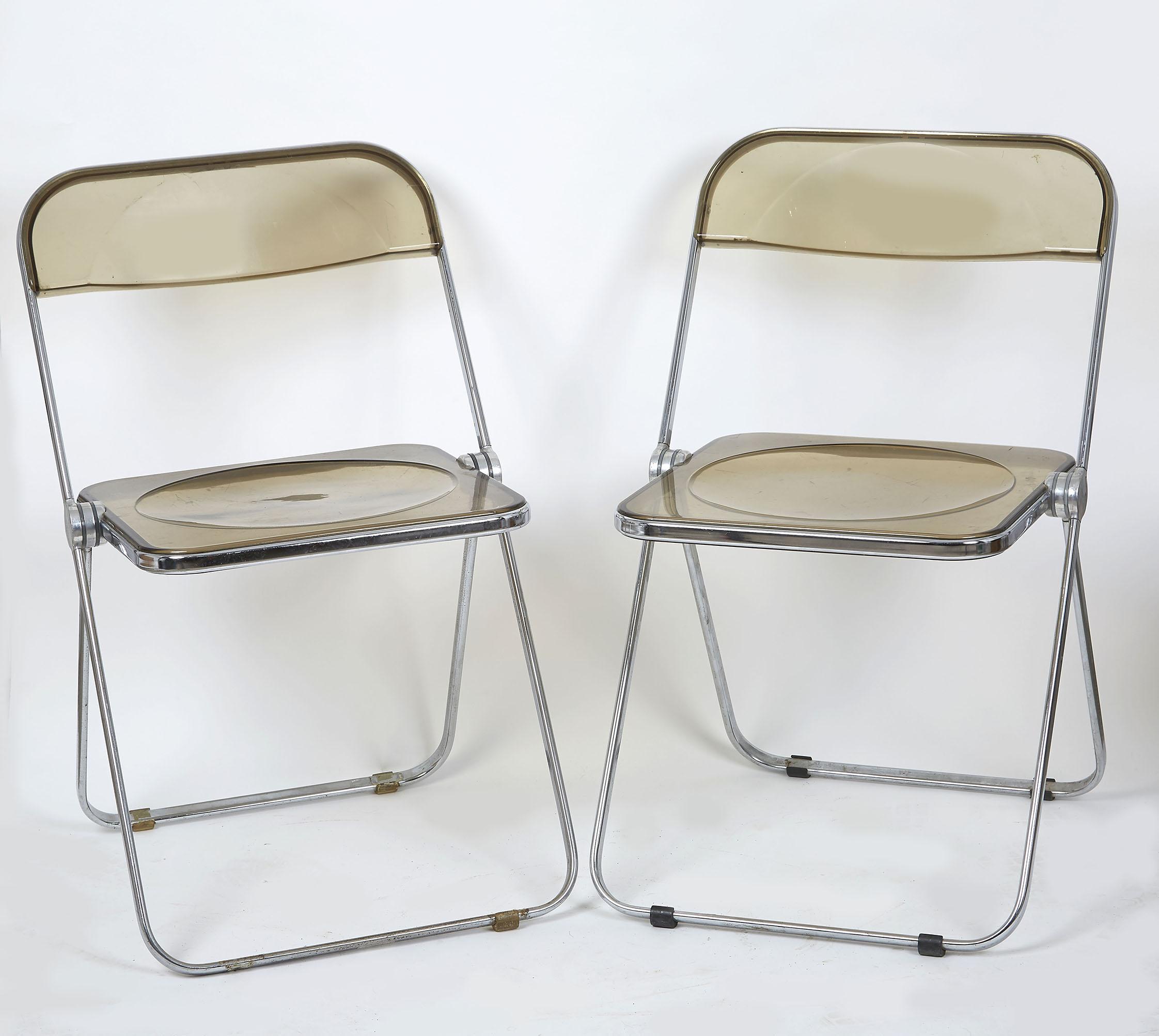 deux chaises pliantes plia castelli en plexiglas fume et metal chrome 73 x 47 x art contemporain et design a tradart deauville tradart deauville