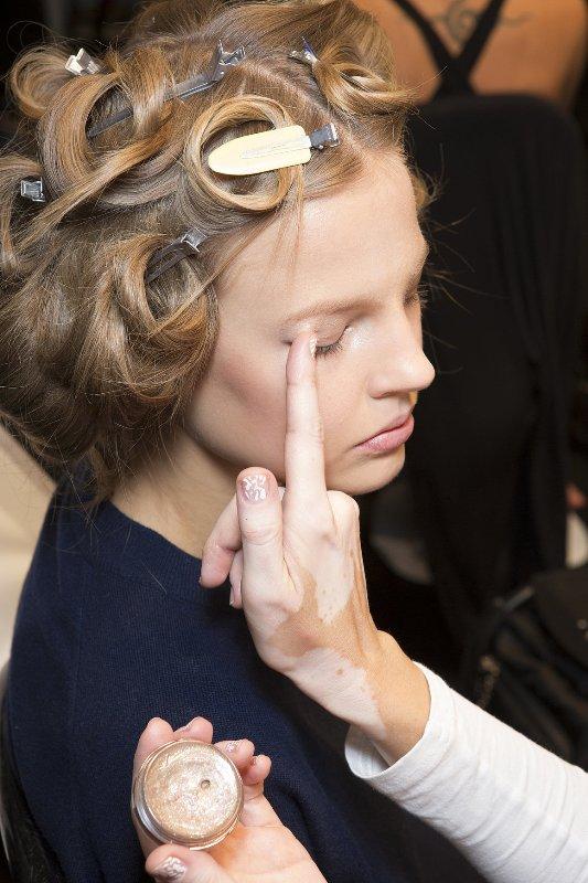 ClioMakeUp-pro-contro-prodotti-makeup-crema-ombretto-dita