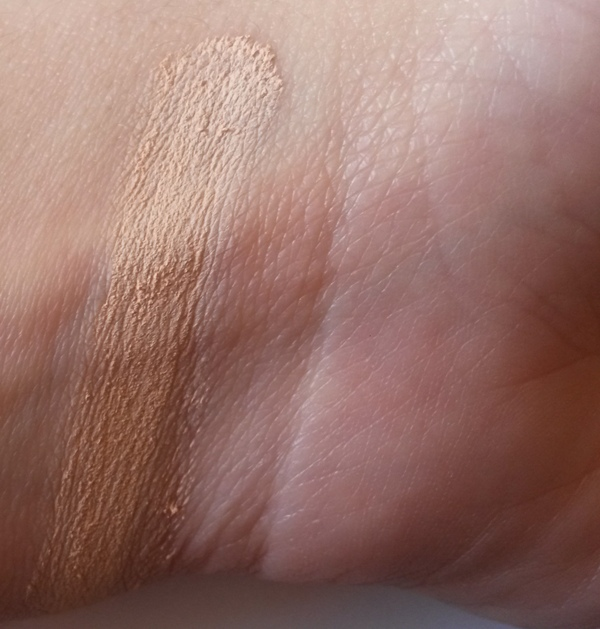 ClioMakeUp-recensione-essence-soft-touch-mousse-concealer-10-soft-beige-swatch
