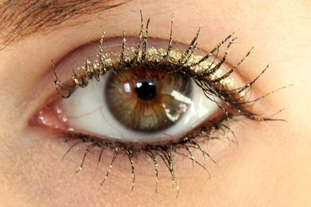 cliomakeup-ciglia-glitter-prodotti-mascara-look-applicazione-glitter-2
