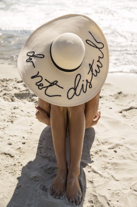 ClioMakeUp-beauty-routine-spiaggia-2-cappello