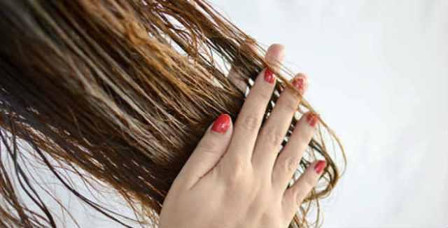 ClioMakeUp-schiarire-capelli-7-impacco-preshampoo