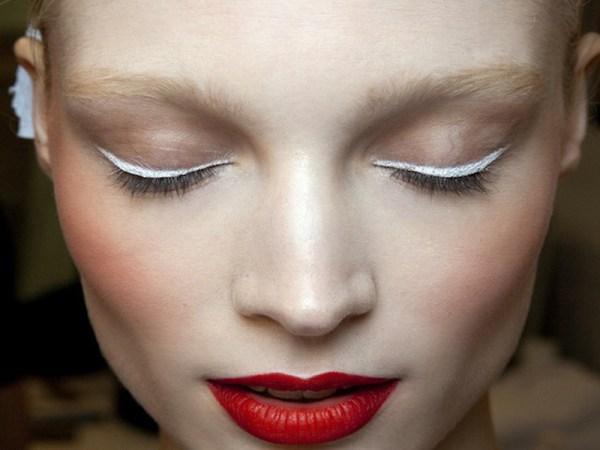 ClioMakeUp-trucco-estivo-che-non-cola-11-eyeliner-bianco