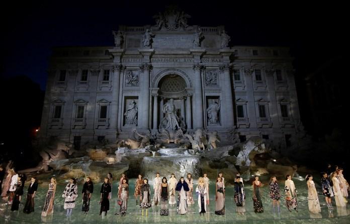 ClioMakeUp-alta-moda-Parigi-cat-eye-Dior-modelle-trucco-beauty-look-eye-liner-fendi-runway-roma-fontana-di-trevi