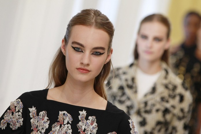 ClioMakeUp-alta-moda-Parigi-cat-eye-Dior-modelle-trucco-beauty-look-eye-liner-modelle-runway-15