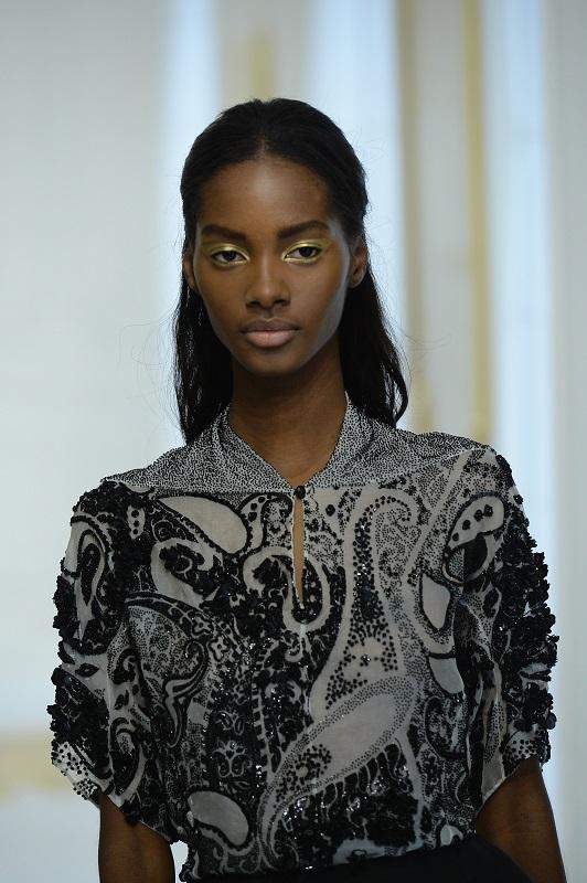 ClioMakeUp-alta-moda-Parigi-cat-eye-Dior-modelle-trucco-beauty-look-eye-liner-modelle-runway-19-oro