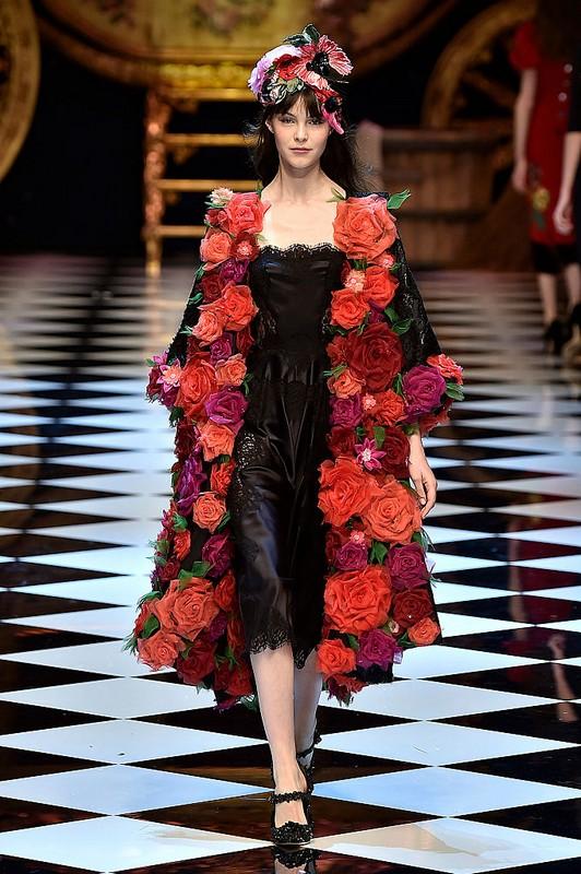 ClioMakeUp-collezioni-moda-ispirate-a-disney-modelli-dolce-e-gabbana-atmosfera-da-fiaba-modella-fiori.jpg