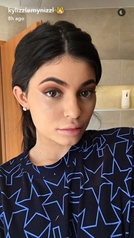 ClioMakeUp-kylie-Jenner-make-up-routine-mattino-18-step-base-sopracciglia-look-quasi-finito