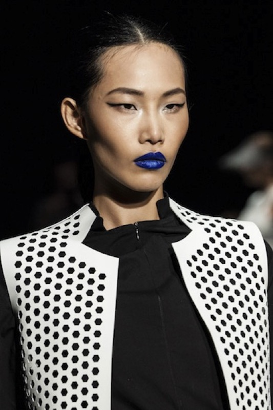 ClioMakeUp-rossetto-blu-look-come-indossarlo-abbinamenti-star-celebrity-brand-fashion-week-australia