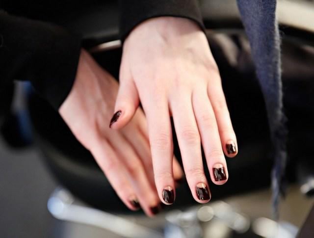 ClioMakeUp-trend-unghie-corte-star-manicure-chic-romantico-bordeaux.jpg