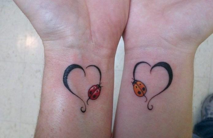 ClioMakeUp-tattoo-fare-con-mamma-per-sempre-abbraccio-cuori-coccinelle