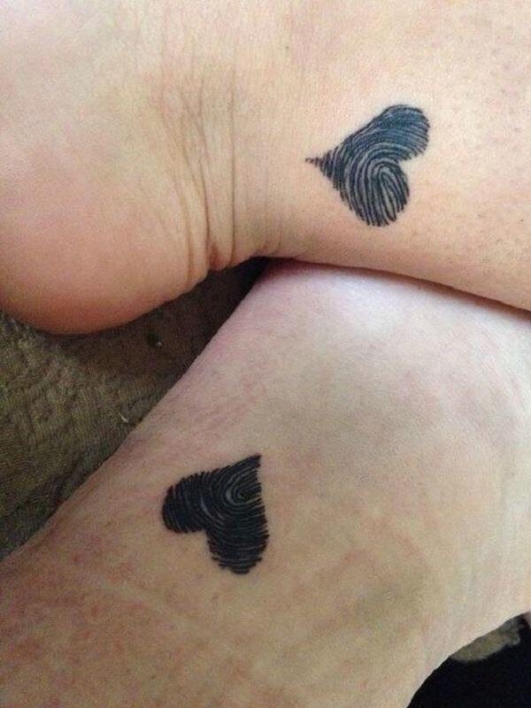 ClioMakeUp-tattoo-fare-con-mamma-per-sempre-abbraccio-cuori-impronta