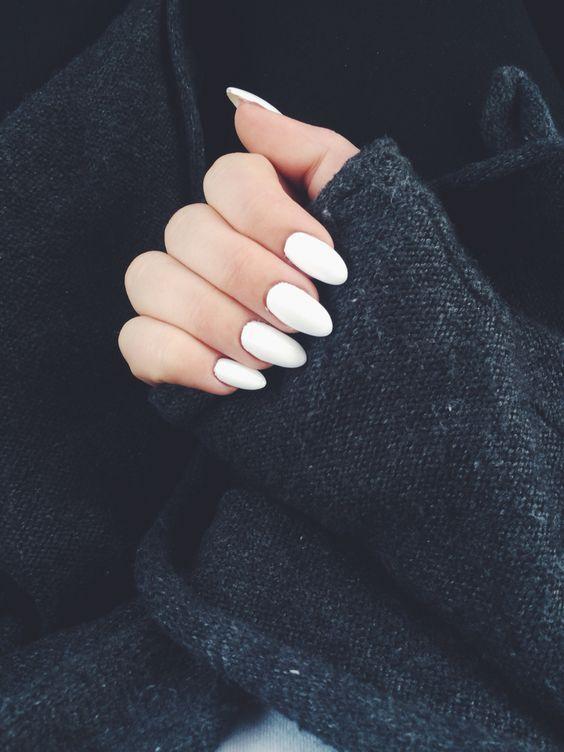 cliomakeup-migliori-smalti-bianchi-neri-14-unghie-mandorla