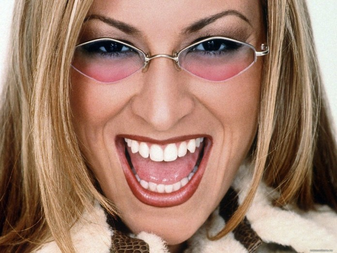 ClioMakeUp-peggiori-trend-storia-fashion-vestiti-duemila-occhiali-colorati