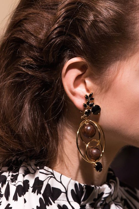 ClioMakeUp-orecchini-grandi-pendenti-giganti-retro-vintage-anni-60-moda-sfilate-9