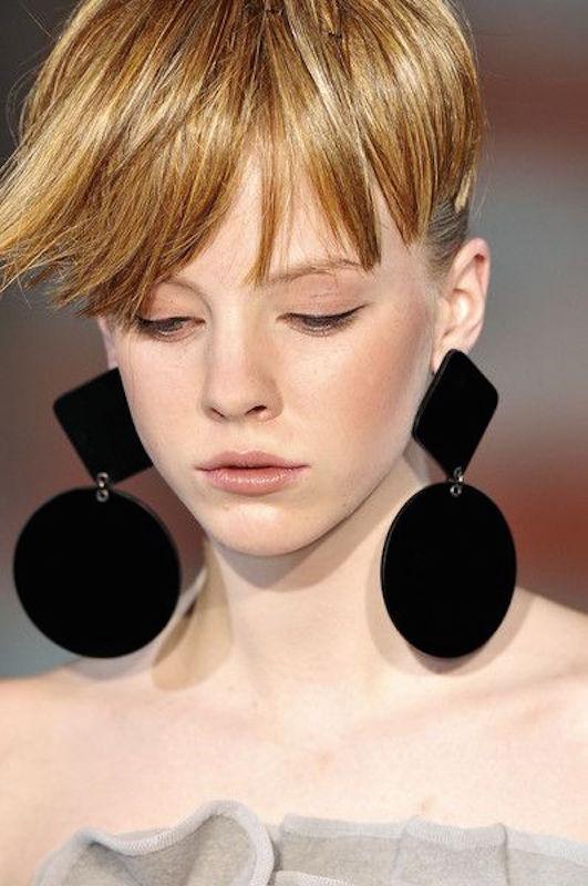 ClioMakeUp-orecchini-grandi-pendenti-giganti-retro-vintage-anni-60-moda-sfilate-3