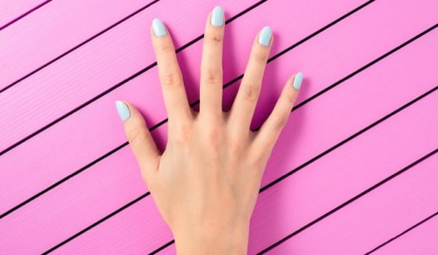 ClioMakeUp-mani-unghie-smalto-giovani-abbronzate-snelle-azzurro