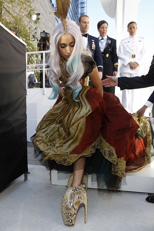 ClioMakeUp-scarpe-famose-celebrities-film-lady-gaga-alexander-mcqueen
