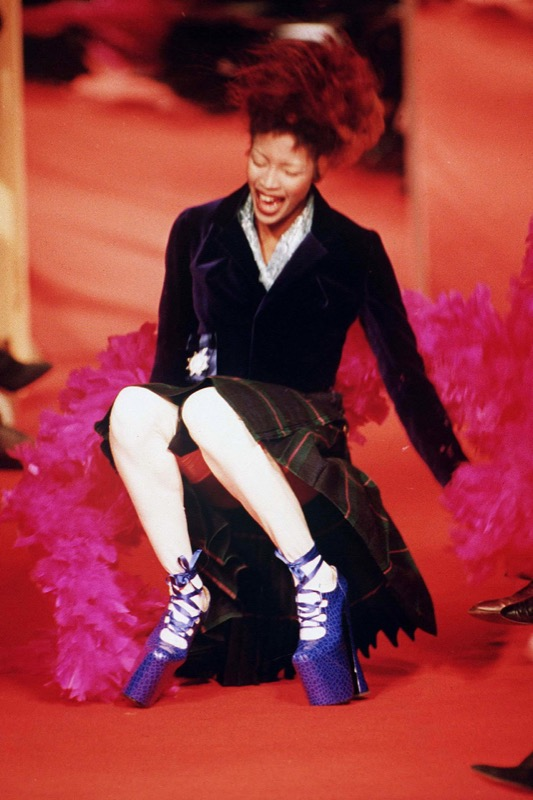 ClioMakeUp-scarpe-famose-celebrities-film-naomi-campbell-vivienne-westwood