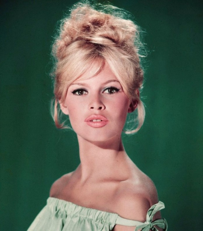 ClioMakeUp-frangia-a-tendina-brigitte-bardot-trend-capelli-acconciature-look-giorno-sera--7