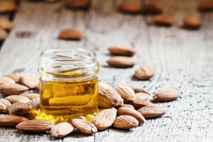 ClioMakeUp-olio-mandorle-dolci-usi-benefici-smagliature-gravidanza-massaggio-cura-mani-unghie-prodotti-top-11