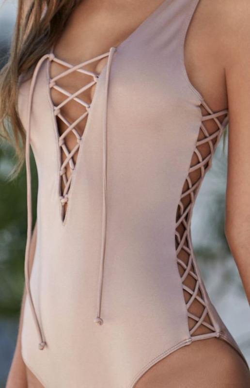 ClioMakeUp-accessori-nude-estate-carnagione-costumi-da-bagno-occhiali-da-sole-2