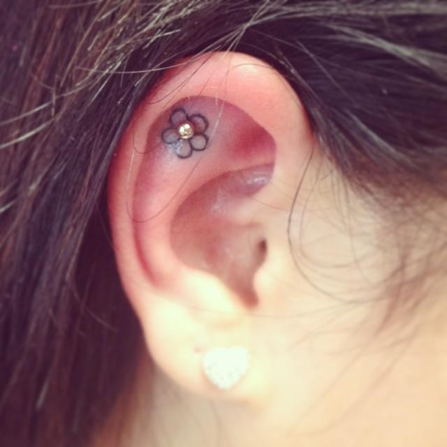 cliomakeup-tatuaggi-orecchio-3-fiore