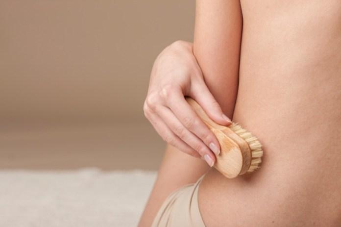 ClioMakeUp-dry-brushing-spazzola-corpo-viso-funziona-opinioni-effetto-peli-incarniti-sotto-pelle-buccia-arancia-cellulite-pori-dilatati-7