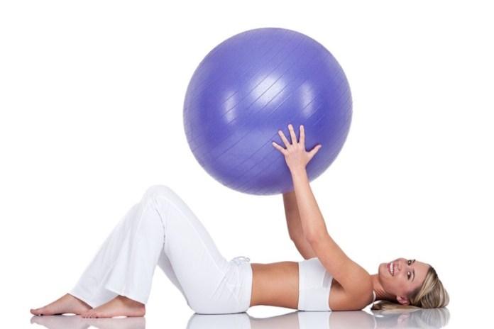 ClioMakeUp-esercizi-fitness-donna-kettleball-fitball-elastico-stretching-piegamenti-4