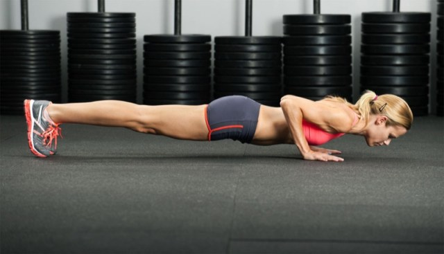 ClioMakeUp-esercizi-fitness-donna-kettleball-fitball-elastico-stretching-piegamenti-3