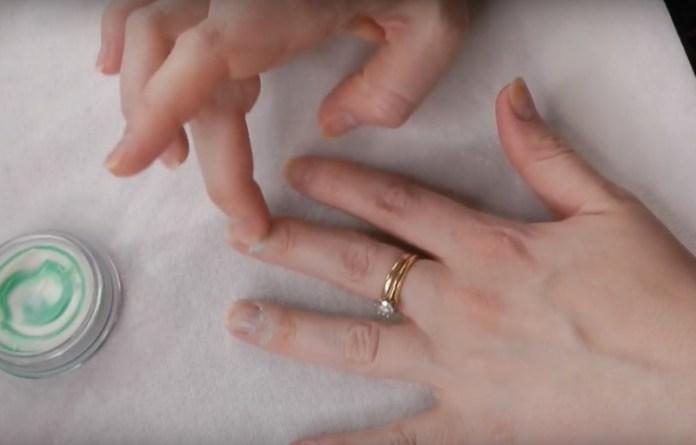 ClioMakeUp-manicure-che-dura-fatta-in-casa-smalto-unghie-11
