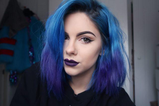 cliomakeup-abbinare-capelli-makeup-1-viola