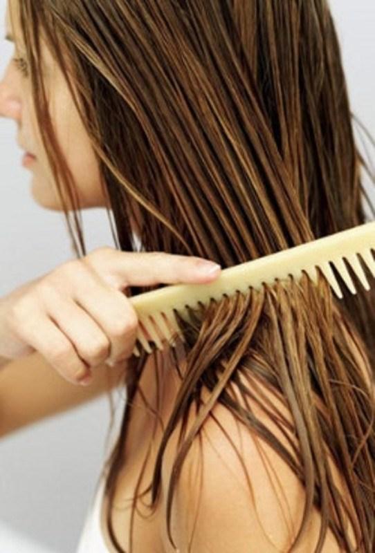 cliomakeup-errori-capelli-estate-3-pettinarli