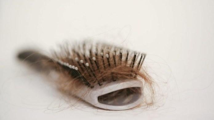 cliomakeup-capelli-bagnati-pettinare-12-strappati-capelli-spazzola