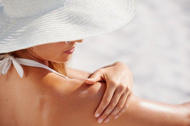 cliomakeup-bon-ton-sensuale-da-spiaggia-7-applicare-crema