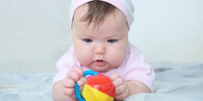 ClioMakeUp-regali-neomamme-21-bebè-giochino.jpg