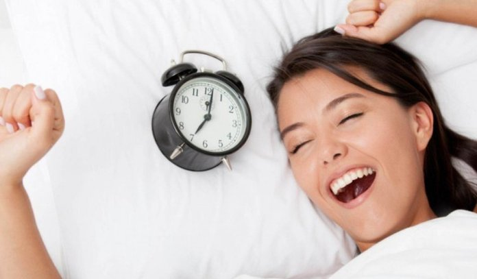 cliomakeup-dormire-ti-fa-bella-ragazza-si-sveglia