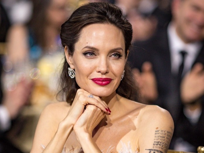 ClioMakeUp-rossetto-cambia-viso-7-angelina-jolie.jpg