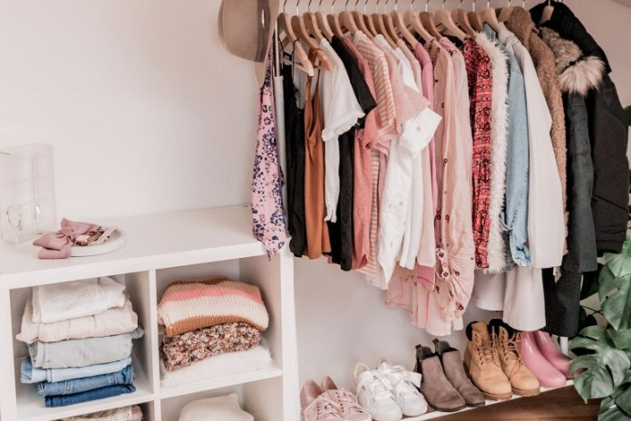 cliomakeup-capsule-wardrobe-armadio-con-abiti
