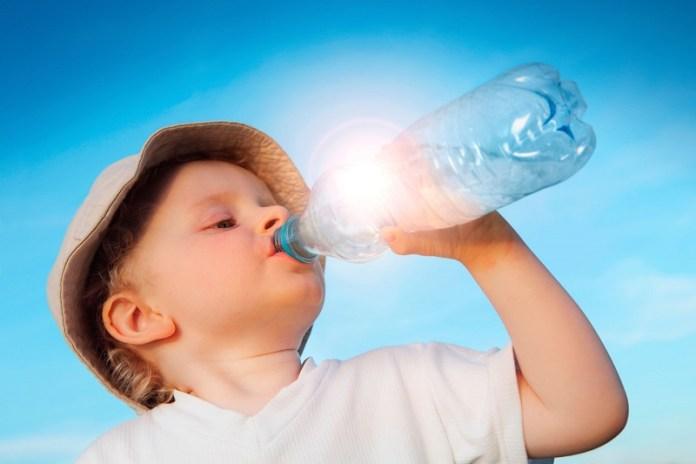 cliomakeup-alimentazione-bambini-beve-acqua-15