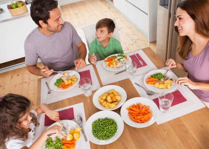 cliomakeup-alimentazione-bambini-famiglia-mangia-11